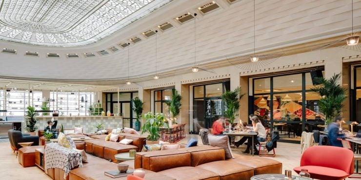 Confortablement installé dans les 12 000 mètres carrés des trois étages du 33 rue Lafayette – ancien siège, du temps de sa splendeur, du fleuron Areva- WeWork redessine les contours de l'espace de travail partagé