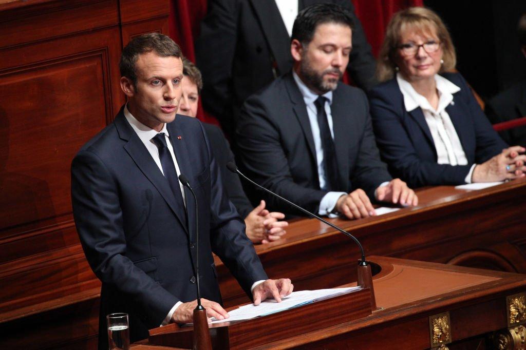 Le président de la République va devoir faire montre de pédagogie face à des élus vent debout contre la suppression de la taxe d'habitation.