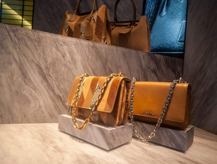 Pour les analystes, Prada est resté trop dépendant de ses célèbres sacs à main très chers, sans avoir développé autour l'offre de parfums, cosmétiques, bijoux, foulards etc mise en place par Hermès ou Chanel.