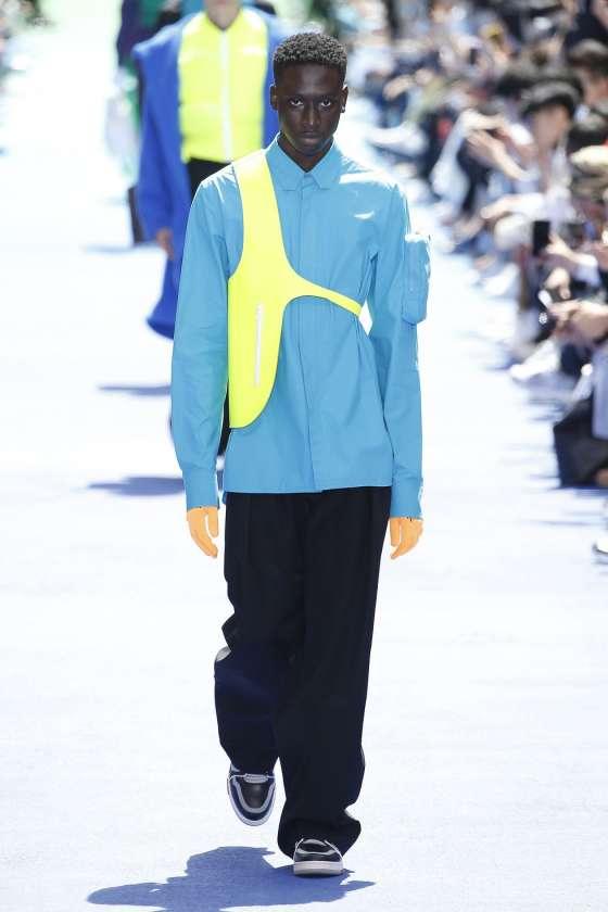 La collection Homme Printemps-Été 2019 Louis Vuitton se caractérise par ces  poches à l allure structurée, ces chemises surdimensionnées, ce par-dessus  ... 34309133a7d