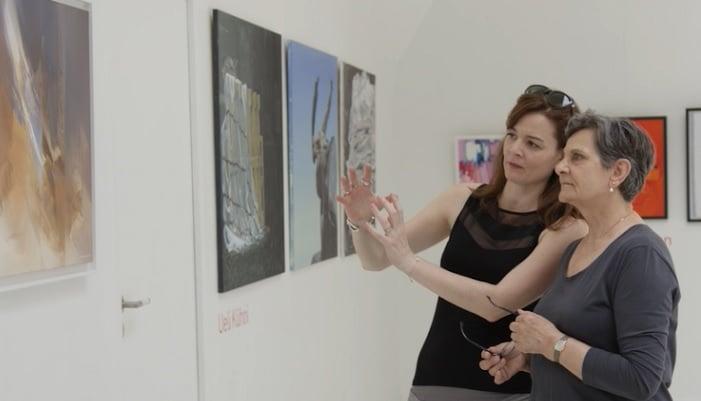 Virginie Tison (à gauche), Fondatrice et Présidente d'Art-Trope, et Agata Preyzner (à droite), Artiste Peintre, durant l'exposition INTERSECTION organisée par Art-Trope à Paris en juin 2018 © Michel Rubinel