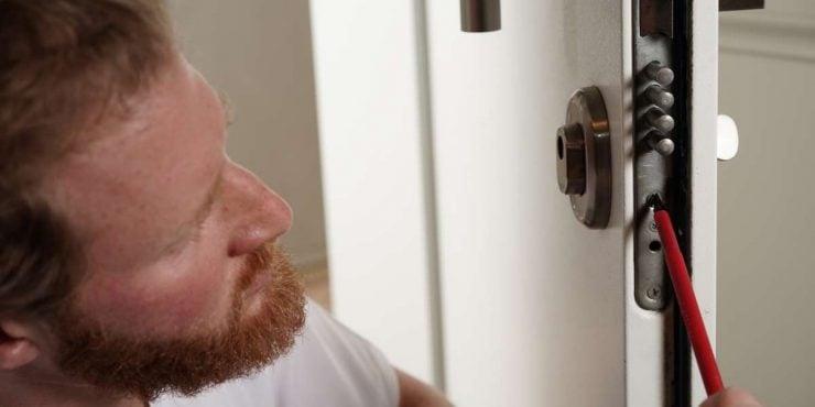 serrurier intervenant sur une porte