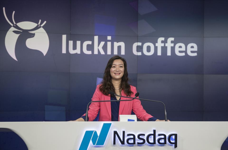 L'Entrée En Bourse Du Concurrent Chinois de Starbucks Fait De Sa Fondatrice Une Milliardaire
