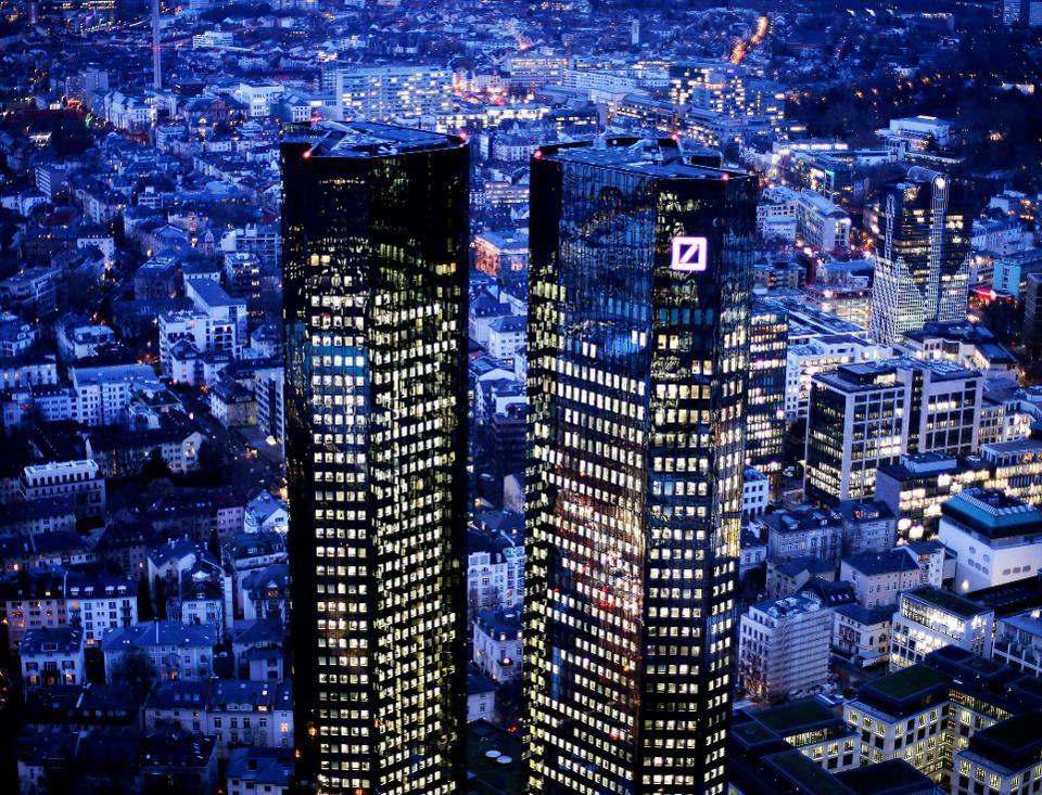 La Deutsche Bank Tombe De Son Piédestal