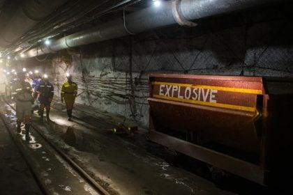 Des visiteurs passent devant une boîte d'explosifs à l'intérieur de la mine lors d'une visite médiatique de la mine de platine Sibanye-Stillwater Kuseleka, exploitée par Sibanye Gold Ltd, à l'extérieur de Rustenburg en Afrique du Sud. Photographe: Waldo Swiegers/Bloomberg