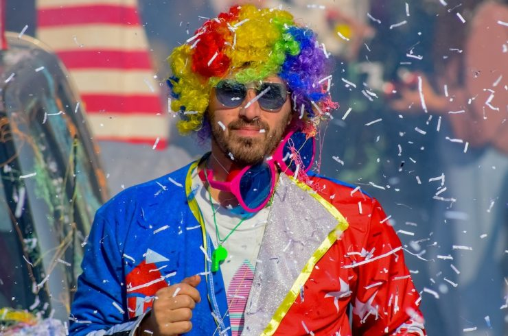 homme déguisé en clown lors d'un évènement festif potentiel levier du sport business